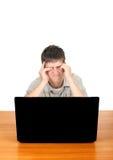 Adolescente cansado con el ordenador portátil Imagenes de archivo
