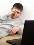 Adolescente cansado con el ordenador portátil Fotografía de archivo libre de regalías