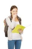 Adolescente cansado con la mochila de la escuela Imagen de archivo