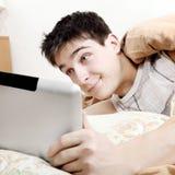 Adolescente cansado con la tableta Foto de archivo