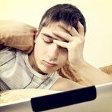 Adolescente cansado con la tableta Fotografía de archivo libre de regalías