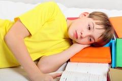 Adolescente cansado con libros Imágenes de archivo libres de regalías