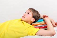 Adolescente cansado con libros Foto de archivo libre de regalías