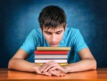 Adolescente cansado con libros Imagen de archivo