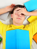 Adolescente cansado con los libros Fotografía de archivo libre de regalías