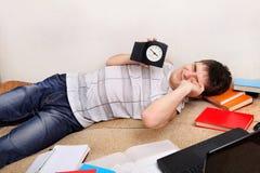 Adolescente cansado en el sofá Fotos de archivo