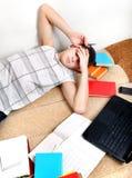 Adolescente cansado en el sofá Imagenes de archivo