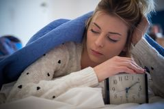 Adolescente cansado que despierta por la mañana Imágenes de archivo libres de regalías