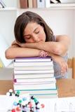 Adolescente cansado que duerme en una biblioteca Imágenes de archivo libres de regalías