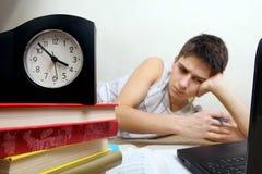 Adolescente cansado que hace la preparación Fotografía de archivo