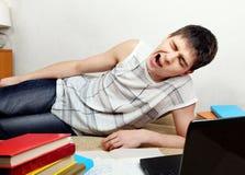 Adolescente cansado que se prepara para el examen Imágenes de archivo libres de regalías