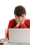Adolescente cansado que usa la computadora portátil Foto de archivo libre de regalías