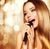 Adolescente cantante con el micrófono Partido del Karaoke Imagen de archivo libre de regalías