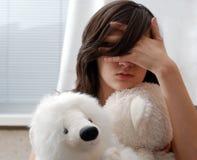 Adolescente, cara ocultada con han Imagen de archivo libre de regalías