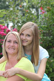 Adolescente cariñoso que presenta con su madre Foto de archivo