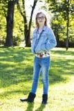 Adolescente casual en el parque Imagenes de archivo