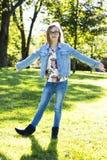 Adolescente casual en el parque Imagen de archivo