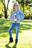 Adolescente casual en el parque Fotos de archivo