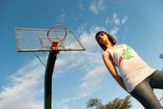 Adolescente casual en la cancha de básquet Imágenes de archivo libres de regalías