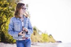 Adolescente casual en la playa Foto de archivo