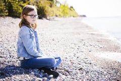 Adolescente casual en la playa Imagenes de archivo