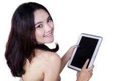 Adolescente casual precioso con la tableta Fotos de archivo libres de regalías
