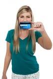Adolescente casual que soporta la tarjeta de crédito Foto de archivo libre de regalías