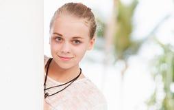 Adolescente caucásico cerca de la pared blanca Fotografía de archivo