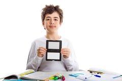 Adolescente caucásico del acné que sostiene un letrero gris w del equilibrio blanco Imagen de archivo libre de regalías