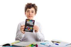 Adolescente caucásico del acné que sostiene un letrero negro con checkerbo Imagenes de archivo