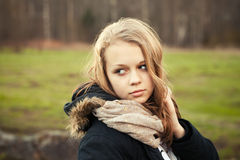 Adolescente caucásico en un bosque de la primavera Fotografía de archivo libre de regalías