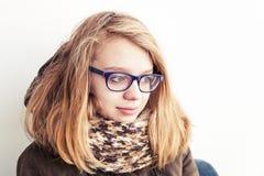 Adolescente caucásico en vidrios y bufanda caliente Foto de archivo libre de regalías