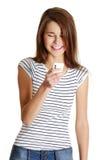 Adolescente caucásico feliz con un móvil. Imágenes de archivo libres de regalías