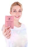 Adolescente caucásico feliz que muestra su carné de conducir Fotos de archivo libres de regalías