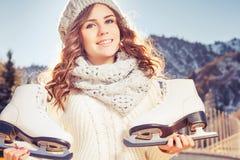 Adolescente caucásico feliz que va al patinaje de hielo al aire libre Imagen de archivo