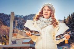 Adolescente caucásico feliz que va al patinaje de hielo al aire libre Imagenes de archivo