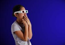 Adolescente caucásico joven con los vidrios 3d Foto de archivo libre de regalías