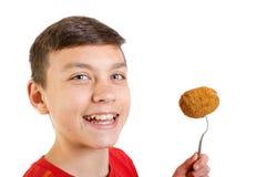 Adolescente caucásico joven con un huevo escocés Fotos de archivo