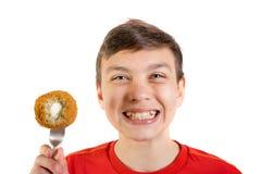 Adolescente caucásico joven con un huevo escocés Imagen de archivo libre de regalías