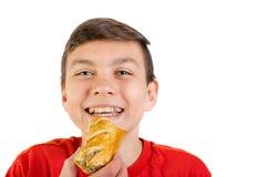 Adolescente caucásico joven con un rollo de salchicha Imágenes de archivo libres de regalías