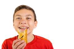 Adolescente caucásico joven con un rollo de salchicha Foto de archivo