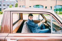 Adolescente caucásico joven feliz que conduce el coche Imagenes de archivo