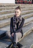 Adolescente caucásico lindo y de la belleza que presenta al aire libre en las escaleras Imagenes de archivo