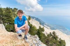 Adolescente caucásico para arriba en paisaje de la montaña Foto de archivo libre de regalías