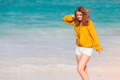 Adolescente caucásico pelirrojo en la playa Imagenes de archivo