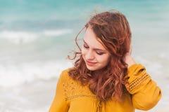 Adolescente caucásico que camina en la costa del océano Imágenes de archivo libres de regalías