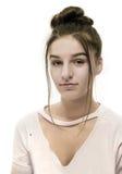 Adolescente caucásico que mira la cámara en el fondo blanco Imágenes de archivo libres de regalías
