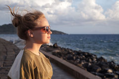 Adolescente caucásico que se coloca en una costa Fotos de archivo libres de regalías