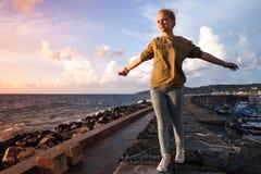 Adolescente caucásico que se relaja en una costa Foto de archivo