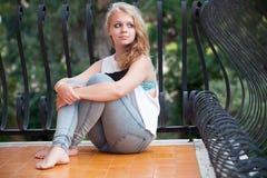 Adolescente caucásico rubio hermoso en balcón Imágenes de archivo libres de regalías